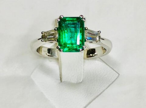 Bellissimo anello con diamanti e smeraldo naturale